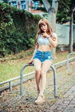 Fondos de Pantalla Asiático Sentado Pierna Pantalón corto Mano Chicas imágenes