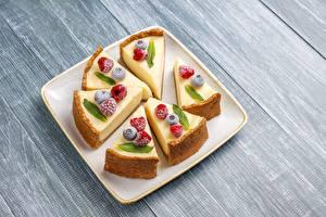 Fotos & Bilder Käsekuchen Dessert Beere Himbeeren Heidelbeeren Stück Teller Lebensmittel