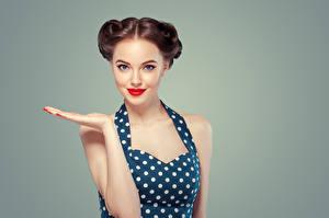 Tapety Kolorowe tło Szatenka Ręce Spojrzenie Czerwone usta Piękne Dziewczyny zdjęcia zdjęcie