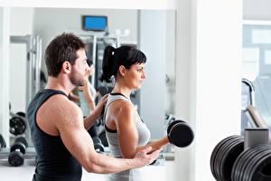 Fotos Fitness Mann Fitnessstudio Brünette Hantel Trainieren Hand Sport Mädchens