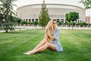 壁紙,草,坐,腿,连衣裙,手,頭髮,金发女孩,Georgiy Dyakov,女孩,