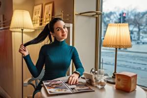 Tapety na pulpit Stół Lampa pokojowa Brunetka Siedzi Uśmiech Wzrok Sukienka Georgiy Dyakov dziewczyna