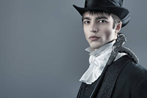 Fotos Mann Grauer Hintergrund Starren Uniform Der Hut