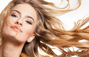 Fondos de Pantalla Modelo Hermoso Maquillaje Pelo Contacto visual El fondo blanco Chicas imágenes