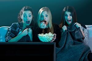 Tapety na pulpit Popcorn Wzrok Telewizor Troje 3 Strach Dziewczyny