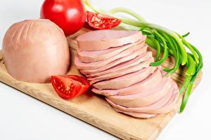 Fondos de Pantalla Salchicha Tomate Cebolla de primavera El fondo blanco Tabla de cortar Alimentos en lonchas Alimentos imágenes