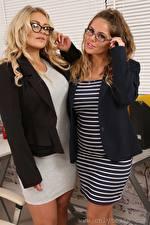 Hintergrundbilder Siobhan Graves Amy S Only Sekretärinen 2 Blondine Braunhaarige Brille Hand junge Frauen