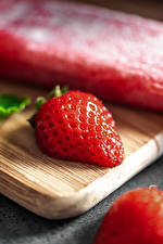Wallpapers Strawberry Closeup Cutting board Red Food