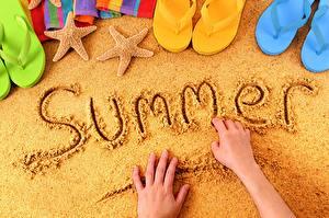 Fotos Sommer Englische Text Hand Flipflop Sand
