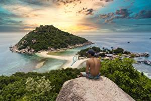 Hintergrundbilder Thailand Morgendämmerung und Sonnenuntergang Mann Insel Sitzt Baseballcap Felsen Natur