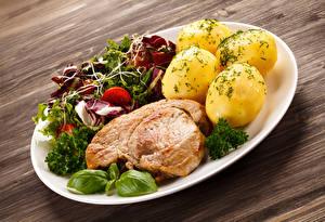 Fotos & Bilder Die zweite Gerichten Kartoffel Fleischwaren Gemüse Bretter Teller Lebensmittel