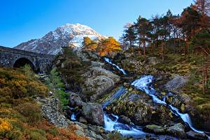 Fotos Vereinigtes Königreich Gebirge Steine Fluss Brücke Wales Bäume Felsen Tryfan, Ogwen Valley Natur
