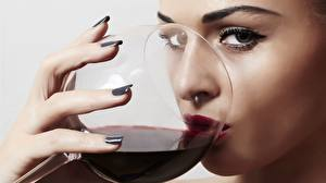 Bilder Wein Finger Weinglas Blick Schminke Trinken junge frau Lebensmittel