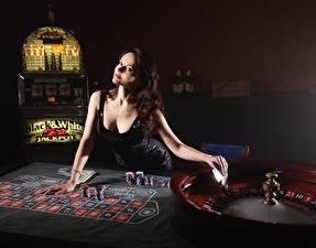 Desktop hintergrundbilder Casino Braunhaarige Kleid Starren Hand Tisch roulette junge Frauen