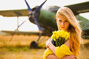 Fonds d'écran Avions Bouquets Arrière-plan flou Blondeur Fille Regard fixé Petites filles Enfants