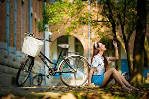 Fonds d'écran Asiatiques Automne S'asseyant Jambe Jupe Chemisier Feuille Vélo Bokeh jeune femme