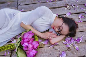 Hintergrundbilder Asiatische Sträuße Lotus Brünette Brille Bretter Blütenblätter Kleid Ruhen junge Frauen