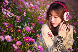 Bilder Asiaten Braunhaarige Sweatshirt Hand Kopfhörer junge frau