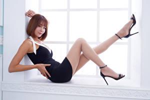 Sfondi desktop Asiatico Ragazza capelli castani Finestra Le gambe Colpo d'occhio giovani donne