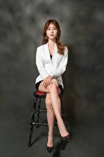 Bilder Asiaten Stuhl Sitzen Bein Sakko Starren Braunhaarige junge Frauen