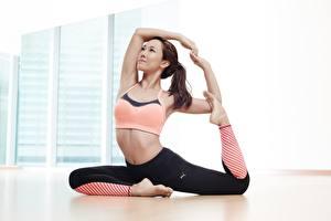 Fotos Asiatische Fitness Dehnübung Sitzend Posiert Braune Haare Hand Bein junge frau