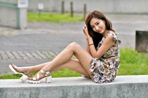 Hintergrundbilder Asiatisches Sitzend Bein Kleid Lächeln Blick Mädchens