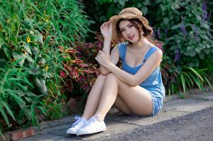 Tapety na pulpit Azjaci Siedzą Nogi Spodenki Podkoszulek Kapelusz Wzrok Piękny Dziewczyny