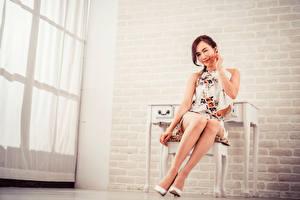 Bilder Asiatisches Sitzen Bein High Heels Starren junge Frauen