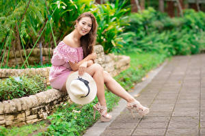 Hintergrundbilder Asiatische Sitzen Bein High Heels Der Hut Lächeln Starren Mädchens
