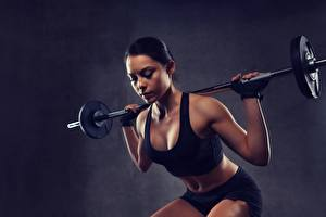 Bilder Hantelstange Körperliche Aktivität Brünette Hockt sportliches Mädchens