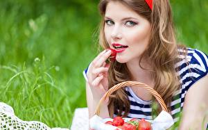 Fotos Beere Erdbeeren Hand Starren Gesicht junge frau