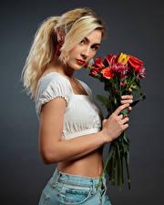 Bakgrundsbilder på skrivbordet Blomsterbukett Blond tjej Ser Grå bakgrund Jenny Unga_kvinnor
