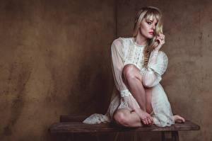 Fotos Carla Monaco Blond Mädchen Sitzen Bein Kleid Blick junge Frauen