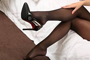 Fotos Nahaufnahme Bein Hand High Heels Strumpfhose Mädchens