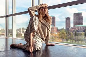 Bilder Fenster Sitzen Hand Sweatshirt Bein Eline Goris Mädchens