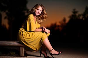 Fotos Abend Sitzend Kleid Lächeln Blick Selina junge Frauen