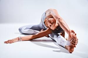 Fotos Fitness Gymnastik Dehnübungen Sitzt Hand Bein Mädchens Sport