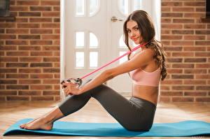 Fotos Fitness Polina Kadynskaya, Georgia Sitzt Süß Lächeln Haar Starren Hübsche Sport Mädchens