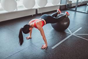 Bilder Fitness Trainieren Ball sportliches Mädchens