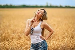 Bilder Georgiy Dyakov Felder Blond Mädchen Pose Lächeln Shorts Unterhemd Brille Irina junge frau
