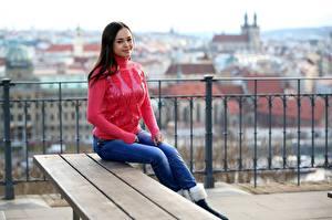 Hintergrundbilder Li Moon Sitzt Jeans Sweatshirt Starren Bokeh Mädchens