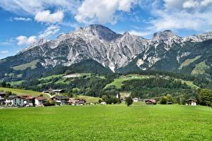 Bureaubladachtergronden Bergen Grasland Landschap van Oostenrijk Salzburg Posjolok Leogang
