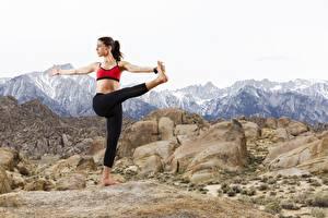 Fotos Gebirge Stein Posiert Bein Yoga junge frau Natur