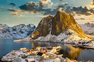 Фото Норвегия Лофотенские острова Горы Здания Зимние Заливы Деревня Снеге Природа