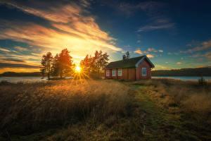 Hintergrundbilder Norwegen Morgen Morgendämmerung und Sonnenuntergang Gebäude Bäume Gras Sonne Lichtstrahl Ringerike Natur