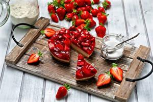 Desktop hintergrundbilder Obstkuchen Erdbeeren Bretter Schneidebrett Zucker das Essen