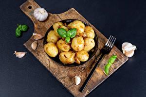 Sfondi desktop Patate L'aglio Tagliere Piatto Forchetta Basilico