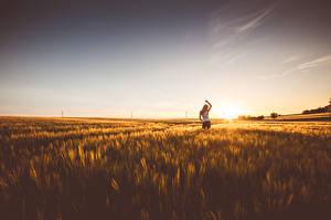 Bilder Morgendämmerung und Sonnenuntergang Felder Horizont Natur Mädchens