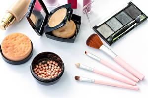 Fotos Kosmetik Weißer hintergrund Make Up Pinsel Spiegel