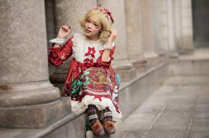 Bakgrundsbilder på skrivbordet Asiatisk Blond tjej Sitter Klänning Suddig bakgrund